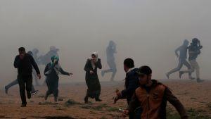 Palestinier springer undan tårgas i Gaza 30.3.2019