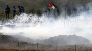Bilden är tagen från Nahal Oz i Israel och visar palestinier som demonstrerar