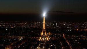 Eiffeltornet i Paris är tänt här - men släcktes under Earth Hour 30.3.2019