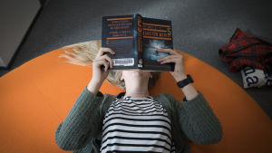 Flicka läser bok
