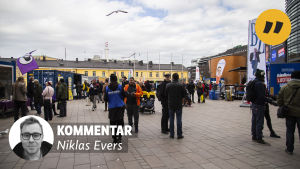 "En bild av folk på ett torg med en banner på. I den står det ""Kommentar: Niklas Evers"" med en svartvit bild på Niklas Evers."