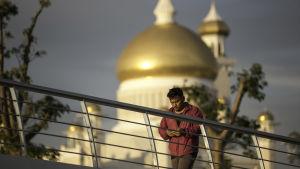 Man i Bruneis huvudstad Bandar Seri Begawan.