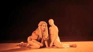 Bild från föreställningen Cosmic Latte. På scen Sonya Lindfors (t. v.) och Pauliina Sjöberg.