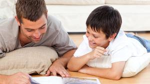 en man läser en saga för en pojke