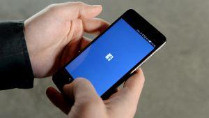 Facebook på en telefon