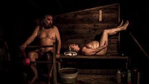 Fintiaanit Rebecca ja Jim Cawboy saunovat.