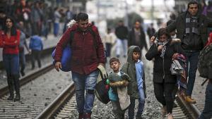 Frustrerade flyktingfamiljer blockerade järnvägsspår vid järnvägsspår vid järnvägsstationen Larissa i Aten på fredag eftermiddag, då ryktena om öppnad gräns visade sig falska.