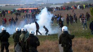 Migranter o flyktingar drabbar samman med kravallpolis nära flyktinglägret i Diavata utanför Thessaloniki 4.4.2019