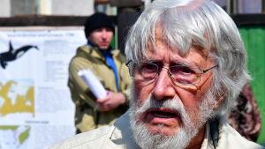 Den franske miljöaktivisten Jean-Michel Cousteau besöker valfängelset i östra Ryssland den 6 april.