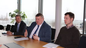 Från vänster minister Mika Nordberg, minister Mats Perämaa och landskapets jaktförvaltare Robin Juslin.