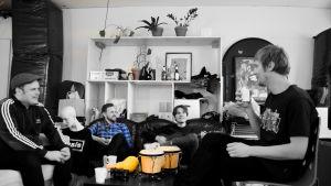Bandet Pastis i soffa i replokalen.