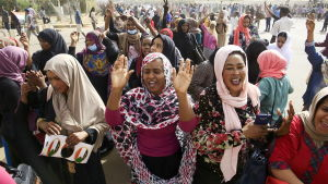 Jublande människor i Karthoum 11.4.2019