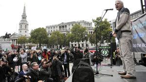 Julian Assange talar 8.10.2011 på Trafalgar Square under en manifestation mot Afghanistankriget med anledning av att det förflutit tio år sedan kriget i Afghanistan inleddes.