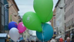 Centerns gröna och blåa valballonger.