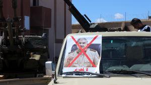 Fordon med en överkorsad bild som föreställer Khalifa Haftar, ledare för LNA-armén i Libyen
