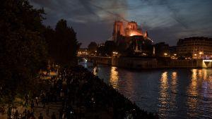 tusentals människor samlades vid Seine för att bevittna branden