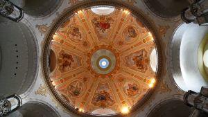 Frauenkirche i Dresden förstördes av bombningar 2005 och byggdes upp på nytt och öppnades 2005