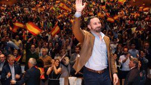 Ytterhögerpartiet Vox och dess ledare Santiago Abascal klättrar snabbt i enkäterna