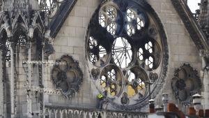 Ett brandhärjat fönster i katedralen Notre-Dame i Paris.