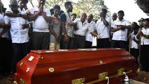 Anhöriga sörjer ett av offren för bombdåden i Sri Lanka.