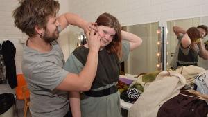 Tekniker Baba Sjöblom hjälper skådespelaren Hanna Grandell med ljudtekniken.
