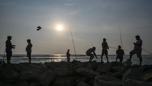 Fiskare vid stranden i Colombo 24.4.2019, tre dagar efter bombattackerna i Sri Lanka