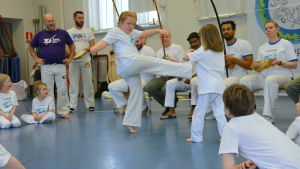 Två flickor som utövar capoeira.