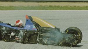 Roland Ratzenberger har kraschat i över 300 kilometer i timmen, med fatala följder.