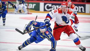 Loui Eriksson och Mihail Sergatjev på isen i Globen.