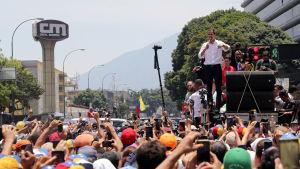Oppositionsledaren Juan Guaidó talar till sina anhängare i Caracas den 1 maj 2019.
