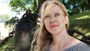 Tutkija Tiina Männistö-Funk Turun tuomiokirkon vieressä.