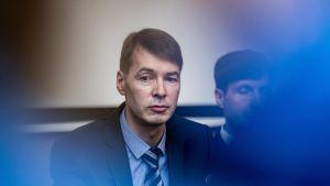 Den estniska politikern Marti Kuusik i en ram av blåa ljus.
