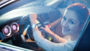 Kvinna i bil.