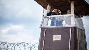 Matteo Salvini och Viktor Orbán inspekterar med kikare gränsen vid det ungersk-serbiska gränsstängslet