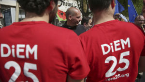 Yanis Varoufakis tillsammans med DiEM-anhängare