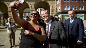 Nigel Farage poserar för en selfie under en kampanjtillställning i Pontefract, i nordvästra England på måndagen, den 13 maj.