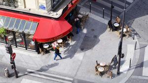 En bild tagen från ovan av ett café i ett gathörn i Paris