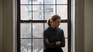 Kaarina Gould vid ett stort fönster