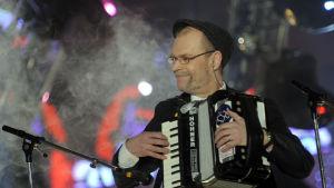 Lassi kinnunen i bandet Eläkeläiset med dragspel i Eurovisionen 2010.