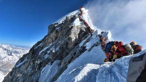 Kö på väg till toppen av Mount Everest den 22.5.2019