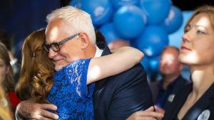 Europarlamenttivaalit 2019. Kokoomuksen mepit Henna Virkkunen ja Petri Sarvamaa.