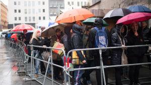 Människor köar utanför Stefansdomen.