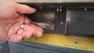 Luottokortilla ostetaan bensaa automaatista.