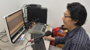Kommunistpartiet försöker blockera Han Dongfangs regelbundna radiosändningar till arbetarna i Kina. Han har ändå hundratusentals lyssnare.