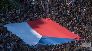 Demonstranterna bar fram en enorm Tjeckienflagga under tisdagens demonstration.