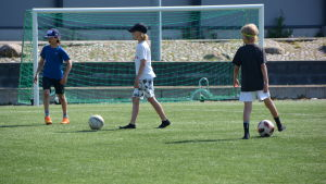 Pojkar spelar fotboll i Kokon.