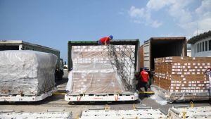 Mediciner och medicinsk utrustning lastas av i Venezuela