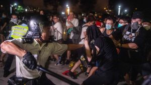 Demonstranter försöker bryta sig igenom polisens avspärrningar under protesterna i Hongkong