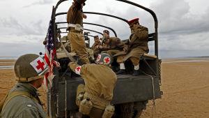 Många turister vill rekonstruera krigets händelser.