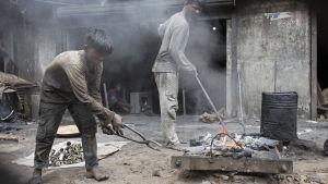 Tioåriga Sayed arbetar utan skyddsutrustning med tång i en verkstad i Dhaka, Bangladesh.